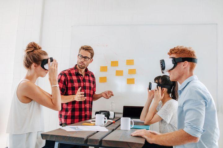 Eine Gruppe mit VR-Headsets