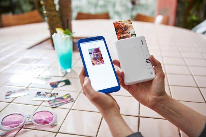 Selbstklebende Fotos (5x7,5 cm) druckt die Canon Zoemini S in kürzester Zeit.