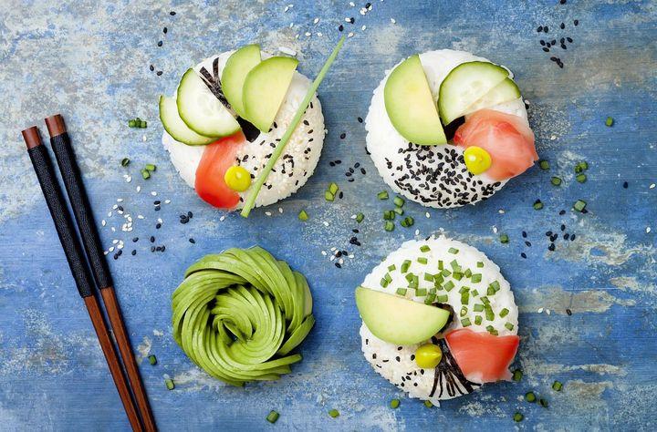 Vegan oder mit Fisch: Sushi-Donuts lassen sich in allen Variationen gestalten.