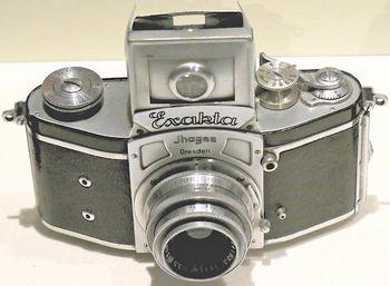 Erste serienmäßig hergestellte Kleinbild-Spiegelreflexkamera