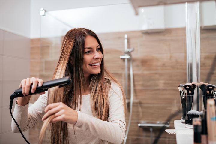 Die Haarsträhne sollte nie breiter als die Heizplatten des Glätteisens sein.