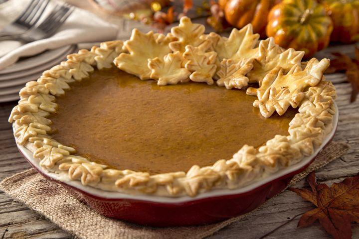 Mit dem überschüssigen Teig kann der Rand der Pumpkin Pie verziert werden.