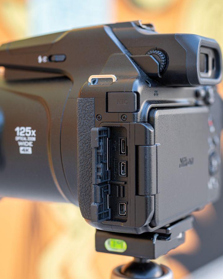 """Wie es sich für eine moderne Kamera gehört, mangelt es der """"Coolpix P1000"""" natürlich auch nicht an Konnektivititäts-Lösungen."""