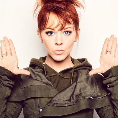 """Lindsey Stirling greift für ihr neues Album """"Brave Enough"""" wieder zum Geigenbogen"""