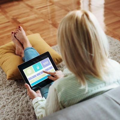 Smarte Zwischenstecker helfen, Strom im Smart Home zu sparen.