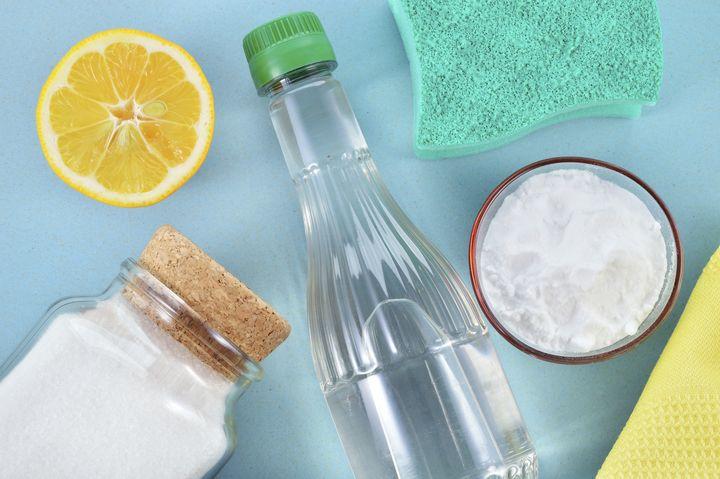 Salz, Zitrone und Essig können beim Waschen helfen.
