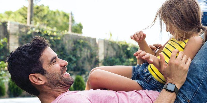"""Mit der robusten Smartwatch """"Fitbit Versa Lite"""" kann am Vatertag herumgetollt werden."""
