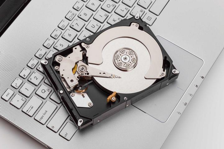 Die Festplatte speichert Ihre Daten.