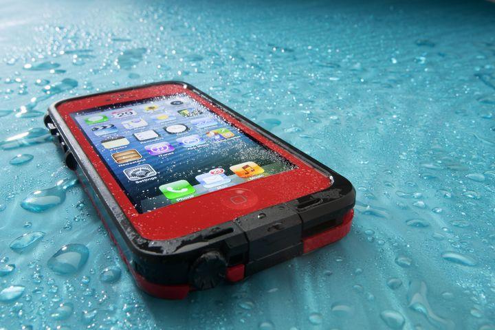Bei Nässe im Smartphone sollte man schnell handeln!