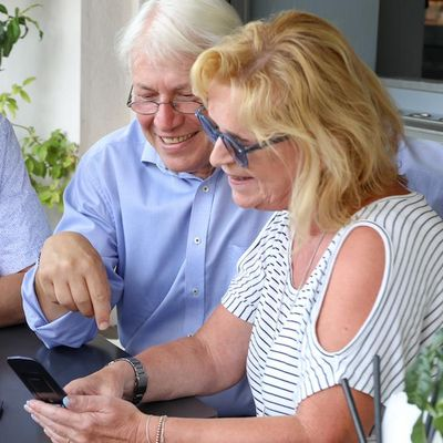 Smartphone nutzen, um in Kontakt zu bleiben.