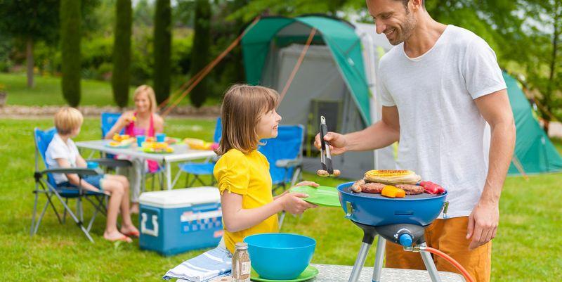 Ein gasbetriebener Mini-Kugelgrill ist ideal für den Camping-Sommer.