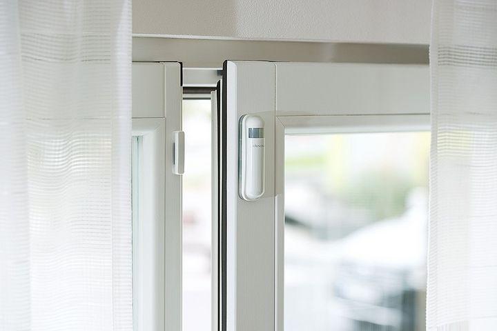 Smarte Fensterkontakte sorgen für mehr Sicherheit im Smart Home während des Urlaubs.