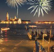 Feuerwerke zu Silvester zeichnen schöne Lichtmuster in den Nachthimmel.