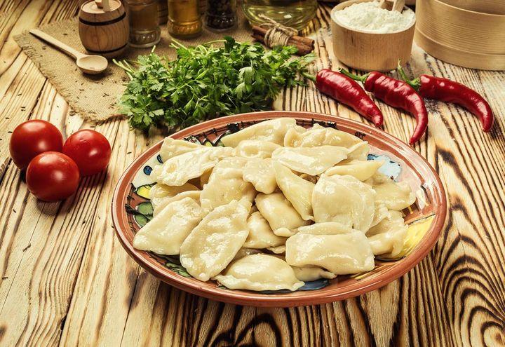Selbstgemachter Nudelteig mit Fleischfüllung nennt sich in Russland Pelmeni.
