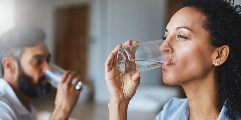 Zwei bis drei Liter Wasser soll der Mensch täglich trinken.