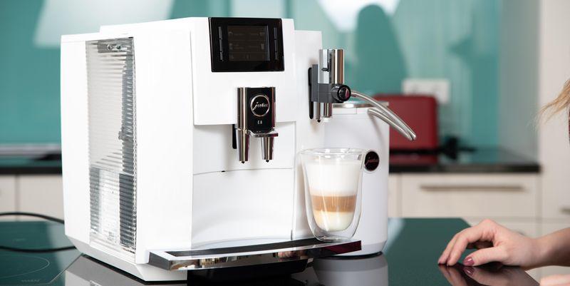 Der Kaffeevollautomat Jura E8 im Fokus.