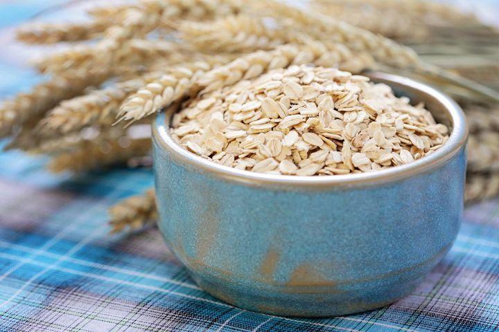 Haferflocken enthalten komplexe Kohlenhydrate, Vitamin B1 und Tryptophan.