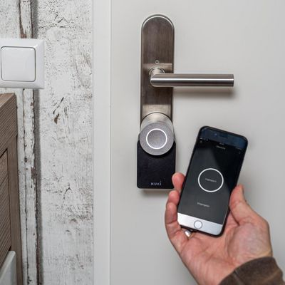 """So wird das Nuki """"Smart Lock"""" an der Tür angebracht."""