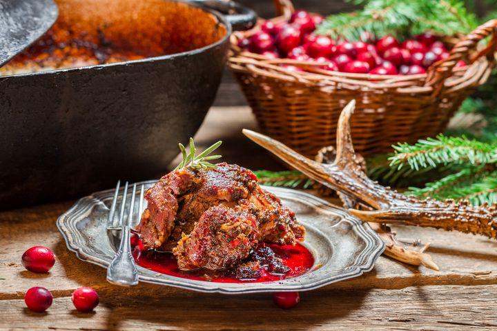 Wildbret wird im Ganzen zu einem saftigen Braten, als Steak, Gulasch, Schnitzel oder Butterschnitzel zubereitet.