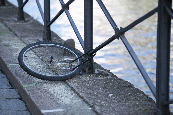 Mit speziellen Versicherungen oder mit Trackern und GPS-Ortung können E-Bikes gesichert werden.