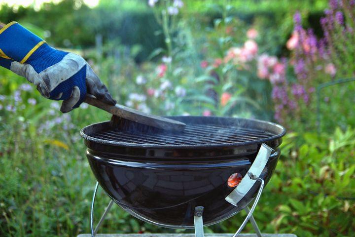 Ein verkrusteter Grillrost wird in Wasser und etwas Apfelessig eingelegt.