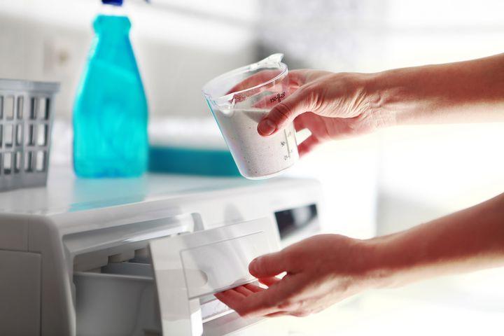 Wäschesortieren: Farbe und Material beeinflussen Temperatur und Programm.