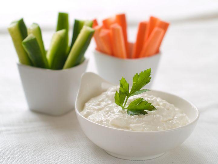 Gemüse-Sticks mit Hüttenkäse-Dip.