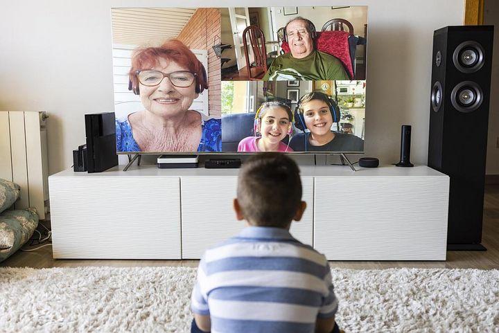 Chatten mit der Familie am TV-Gerät.