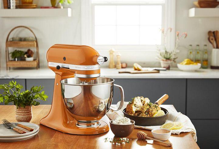 Die Küchenmaschine von KitchenAid überzeugt mit ihrem Vintage-Design.