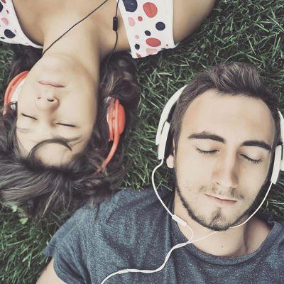 Paar hört Musik