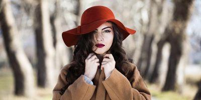 Im Herbst und Winter sollte man die Haare nicht ungeschützt der Kälte, Feuchtigkeit und geheizten Räumen aussetzen.