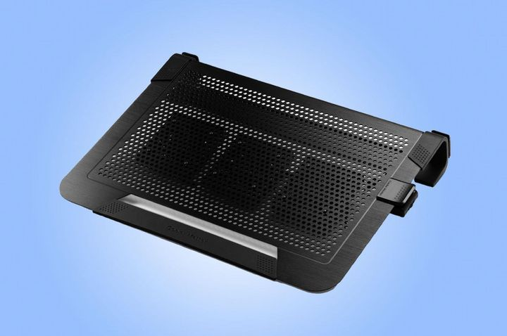 Der Laptop kann mit einem Kühler an heißen Tagen gut entlüftet werden.