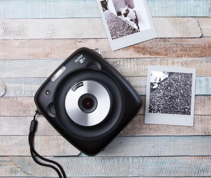 """Quasi eine Hybrid-Lösung zwischen Digital- und Sofortbildkamera stellt die """"instax SQUARE SQ 10"""" dar."""