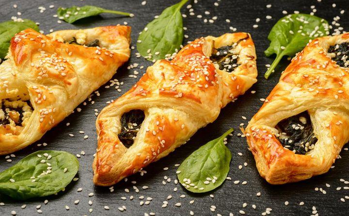 Als gesunder Festival-Snack bieten sich Spinat-Feta-Taschen an.