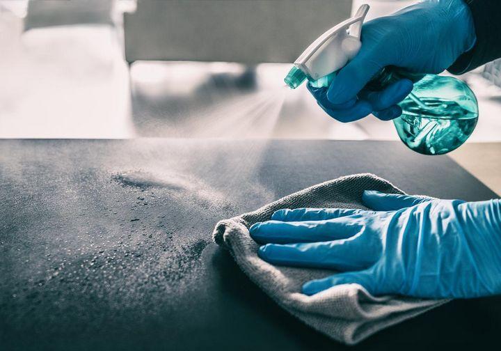 Reinigen und desinfizieren beseitigt Viren schnell und sicher.