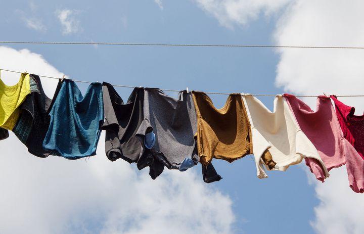 Wäsche hängt bei blauem Himmel im Freien