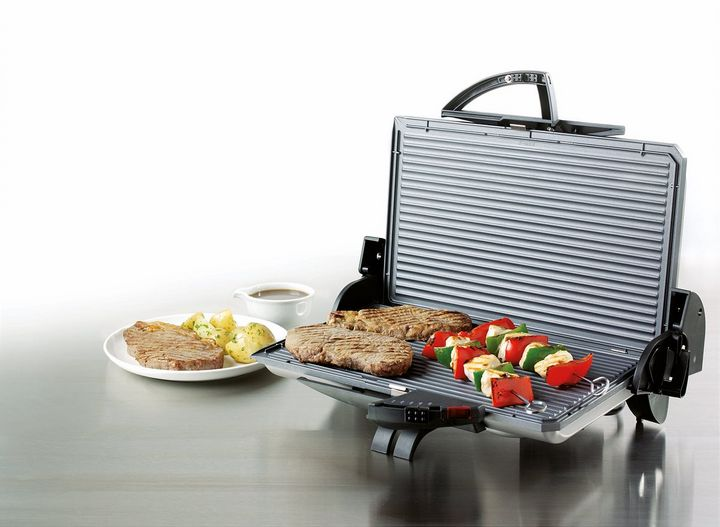 Mittagessen vom Tischgrill: Burger-Patties, Spieße, Hühnerfilets oder Ciabatta mit Mozzarella und Tomaten gelingen schnell und einfach.