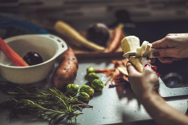 Pastinake: Helle Knolle, die nussig-süß schmeckt und der Petersilienwurzel sehr ähnlich sieht.