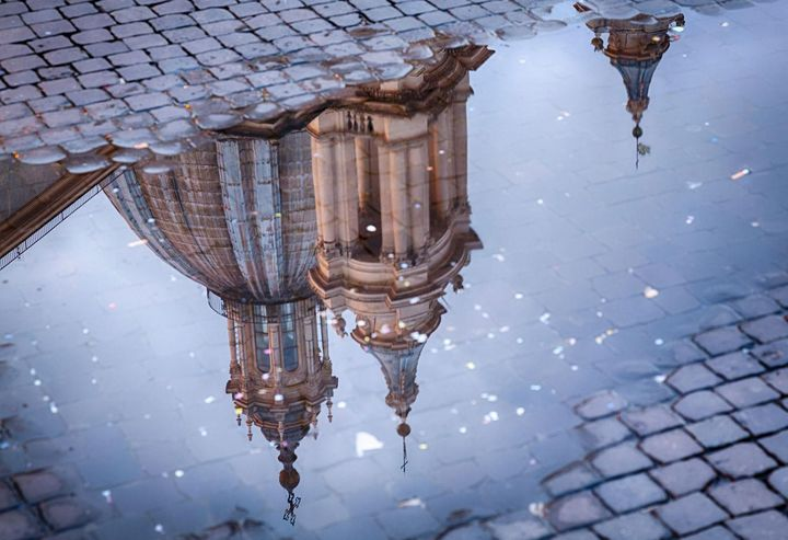 Spiegelungen in Regenpfützen eigenen sich wunderbar für eine neue Perspektive auf Menschen, Gebäude oder Tiere.