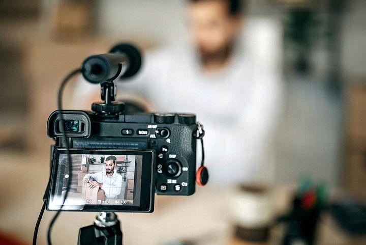 Eine gute Kamera ist für erfahrene Vlogger eine gute Investition.
