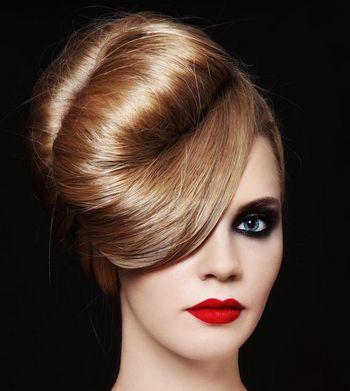 Dieses Haar-Styling ist auf jeden Fall ein Hingucker am Walzerparkett