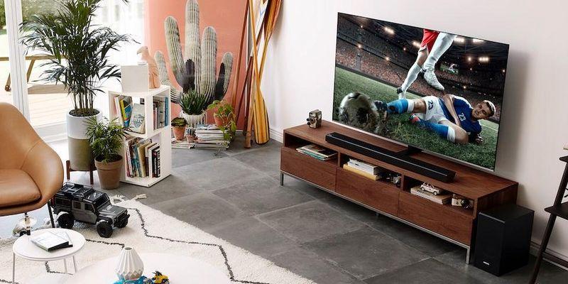 Die neuen Soundbars von Samsung sorgen für räumlichen Klang im Wohnzimmer.