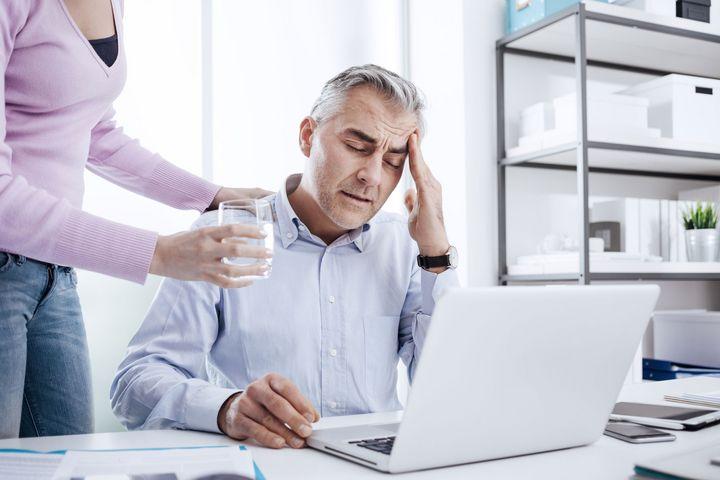 Bei Kopfschmerzen hilft manchmal ein einfaches Glas Wasser.