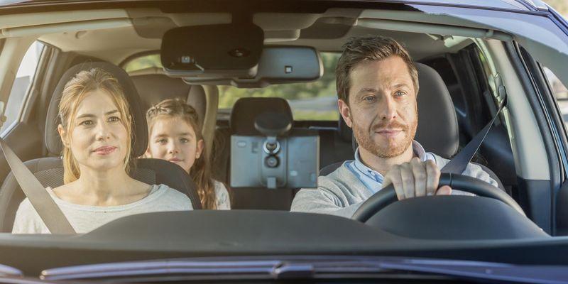 Navi im Auto mit Familie