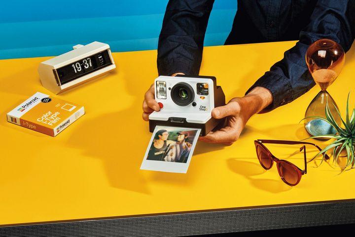 """Zum 80. Geburtstag der Marke bringt Polaroid mit der """"OneStep 2"""" die Neuauflage einer Sofortbildkamera-Legende."""