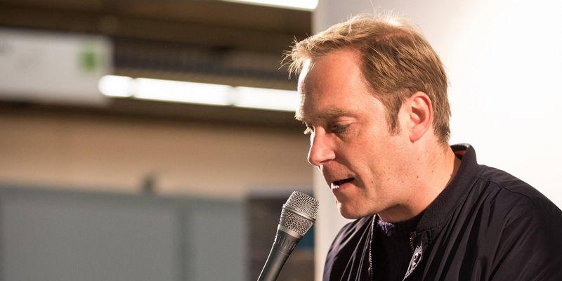 """Thees Uhlmann liest seinen Debut-Roman """"Sophia, der Tod und ich""""."""
