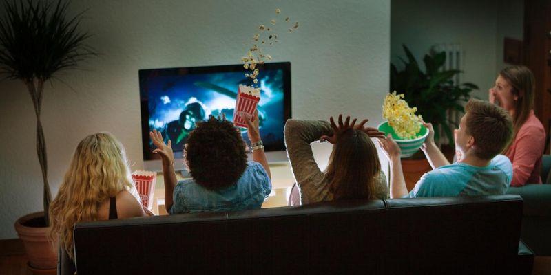Heimkinoerlebnis mit TV und Soundbar.