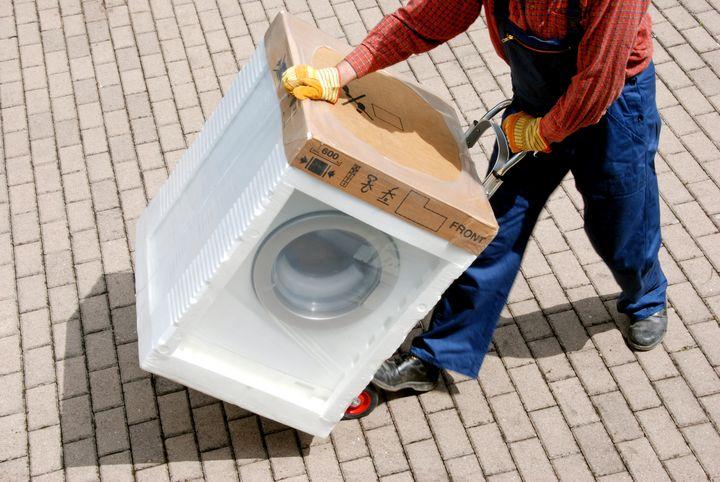 Die Waschmaschine sollte beim Transport so wenig wie möglich gekippt werden.