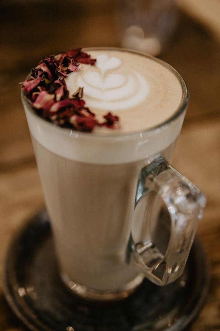 Rosensirup, Milch und Kaffee ergeben ein köstliches Heißgetränk.