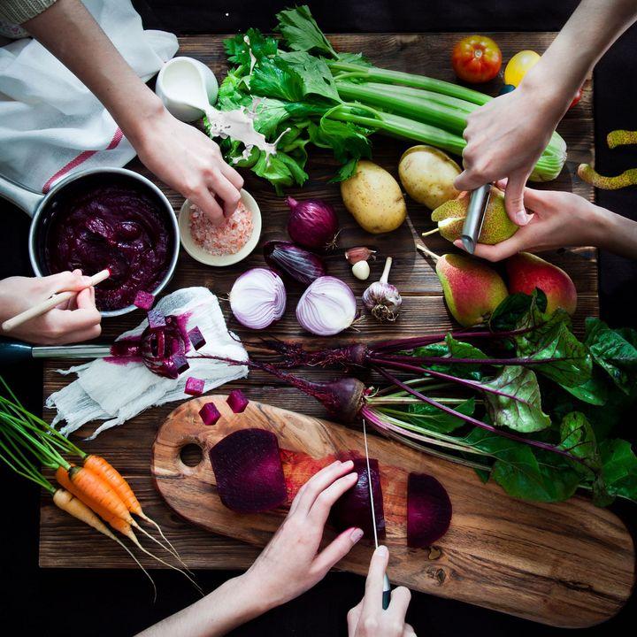 Aufgrund der reichen Inhaltsstoffe (Vitamine A, C, B, Eisen, Folsäure, Magnesium, Jod, Kalium, Kalzium, Betain, Nitrat) ist die Rote Rübe für ihre gesunde, blutdrucksenkende, krebsvorbeugende Wirkung bekannt.